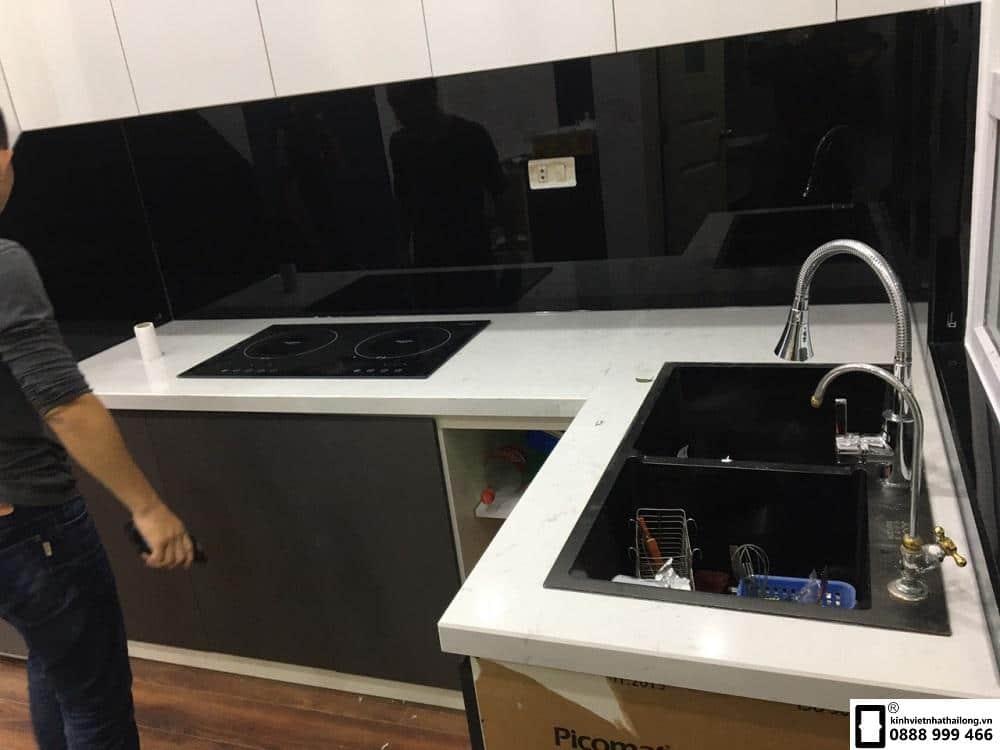 Kính ốp bếp màu đen mẫu 6