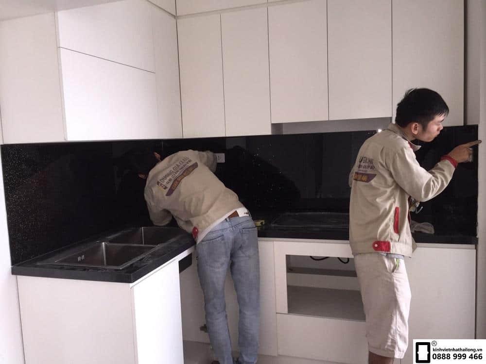 Kính ốp bếp màu đen kim sa mẫu 8