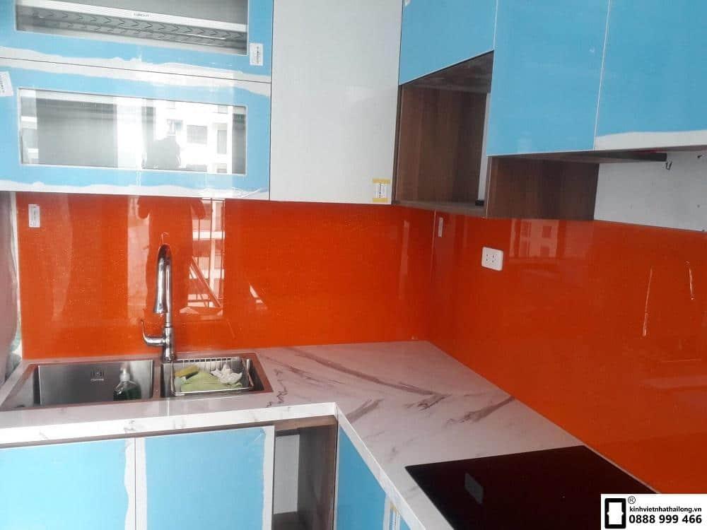 Kính ốp bếp màu đỏ cam mẫu 5