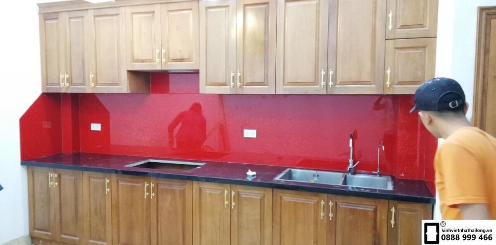 Kính ốp bếp màu đỏ kim sa mẫu 3
