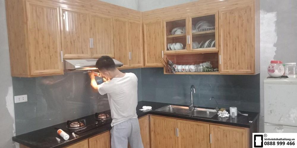 Kính ốp bếp màu ghi đậm mẫu 6