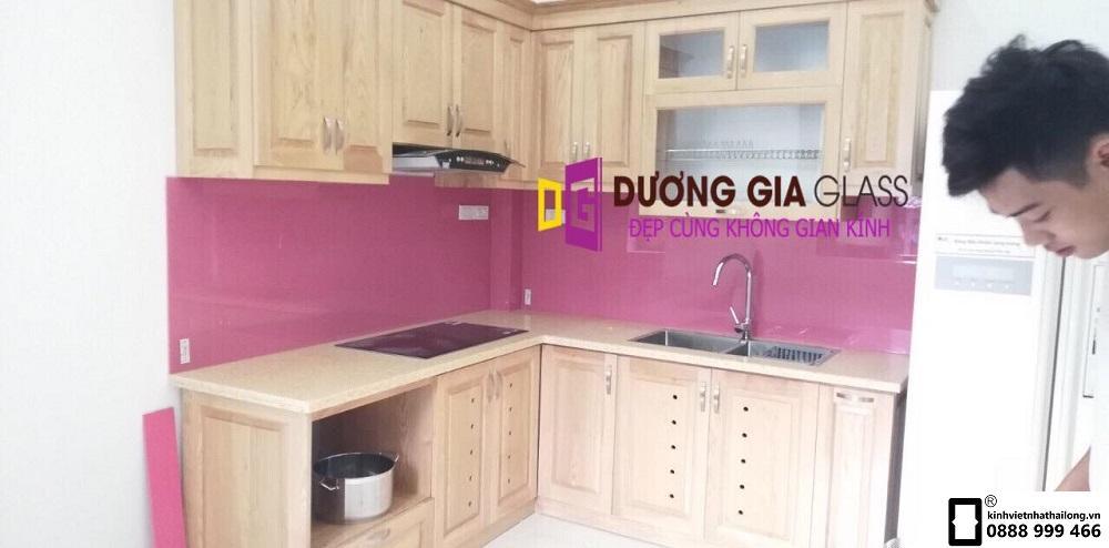 Kính ốp bếp màu hồng mẫu 3