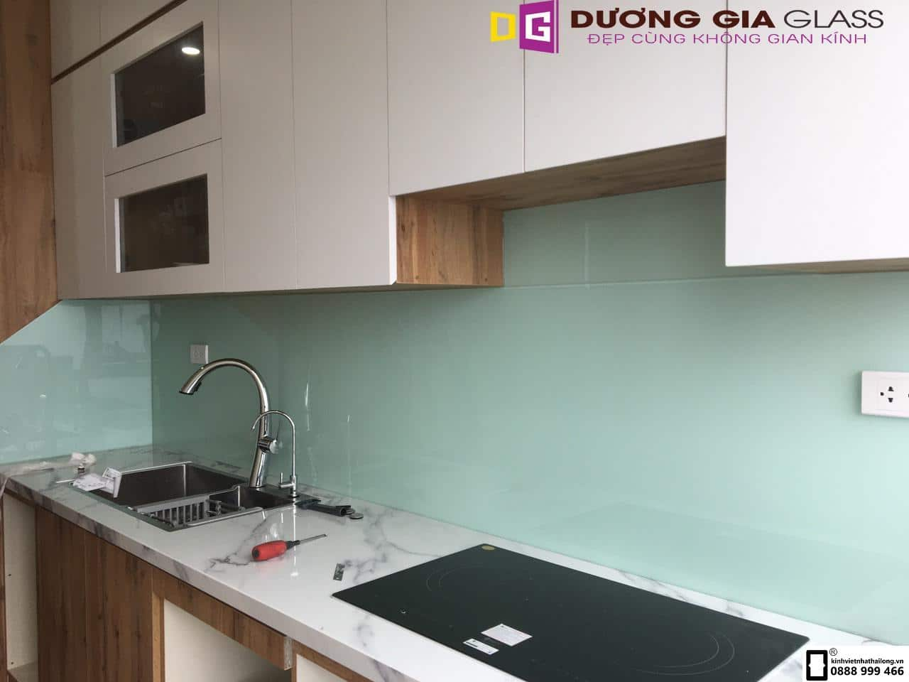 Kính ốp bếp màu trắng xanh mẫu 10