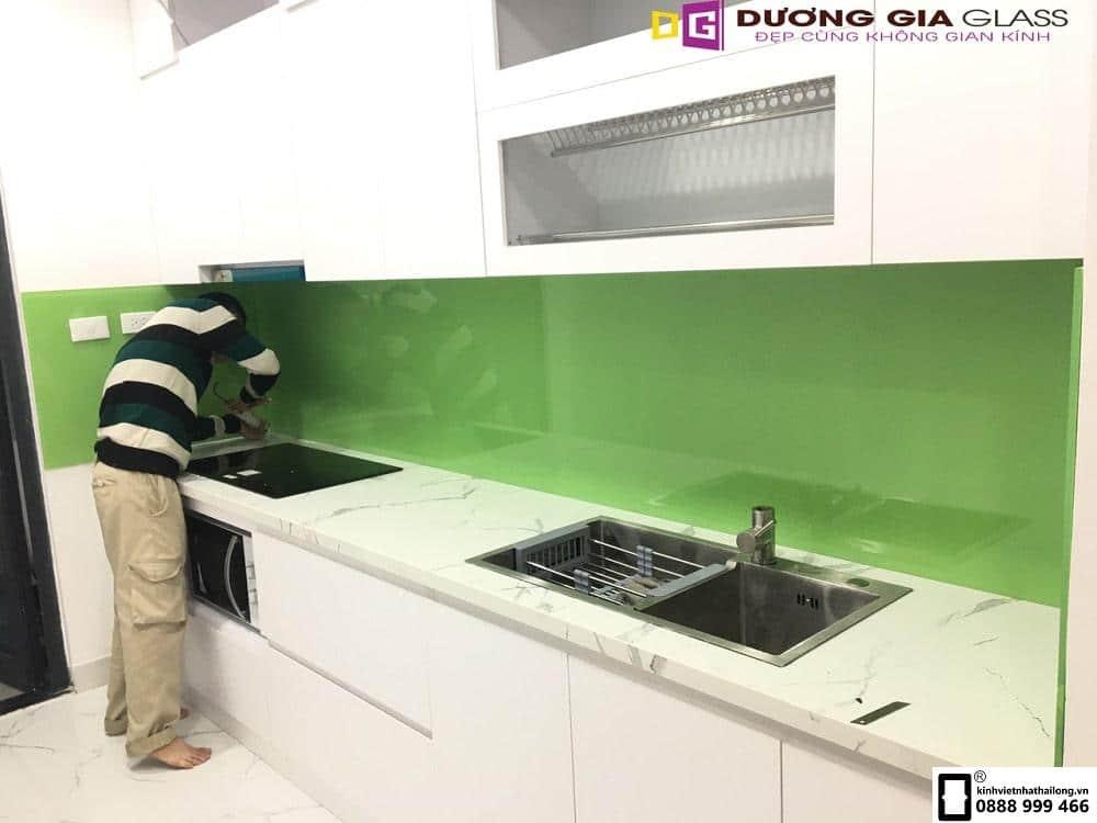 Kính ốp bếp màu xanh cốm mẫu 5