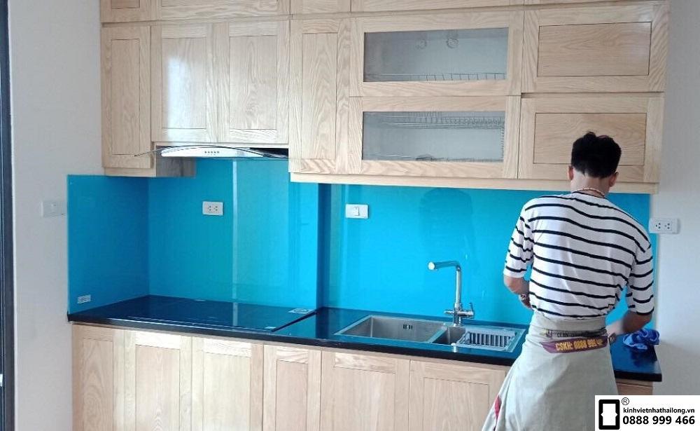 Kính ốp bếp màu xanh da trời mẫu 1