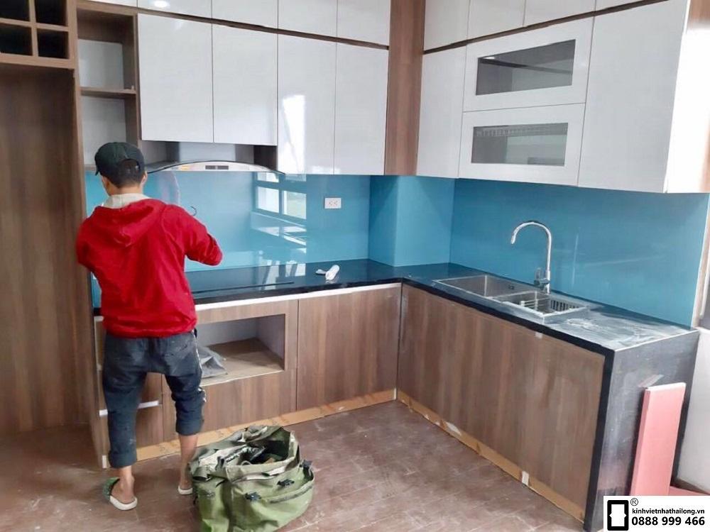 Kính ốp bếp màu xanh da trời mẫu 2