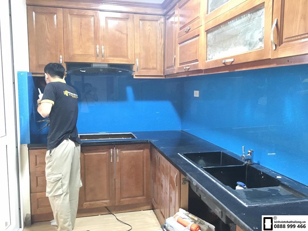 Kính ốp bếp màu xanh dương mẫu 4