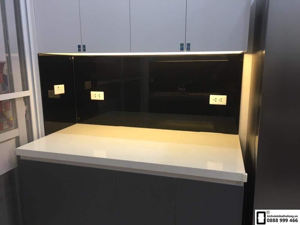 Lắp đặt kính ốp bếp màu đen tại Văn Phú