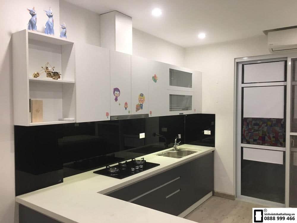 Lắp đặt kính ốp bếp màu đen tại Văn Phú mẫu 2