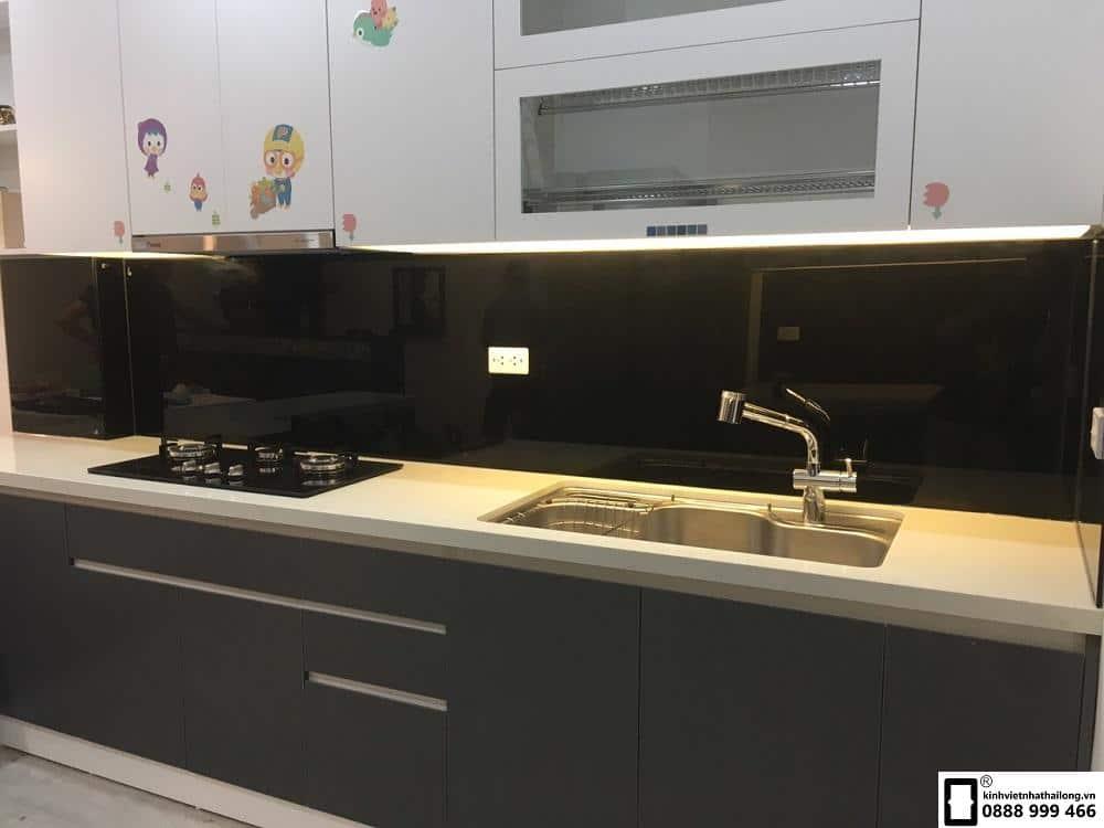 Lắp đặt kính ốp bếp màu đen tại Văn Phú mẫu 3