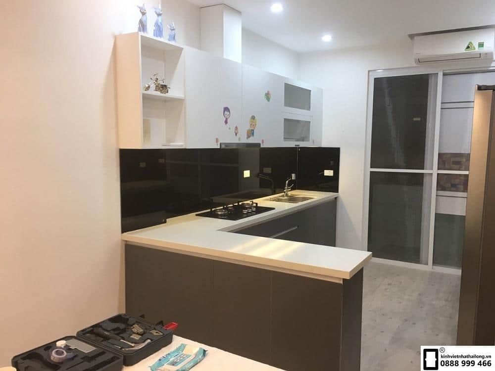 Lắp đặt kính ốp bếp màu đen tại Văn Phú mẫu 4