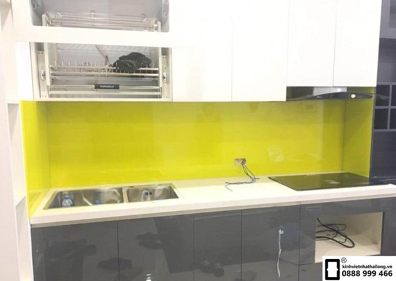 Kính ốp bếp sử dụng kính an toàn màu