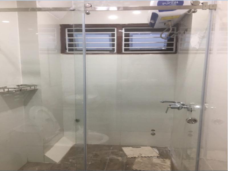 vách kính nhà tắm cửa lùa đẹp ấn tượng
