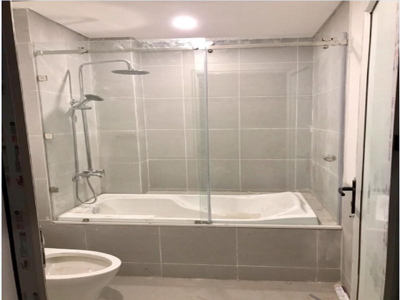 vách kính nhà tắm cửa lùa tiết kiệm diện tích