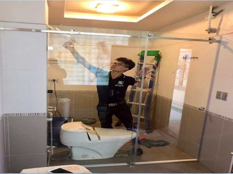 vệ sinh vách kính nhà tắm sạch sẽ