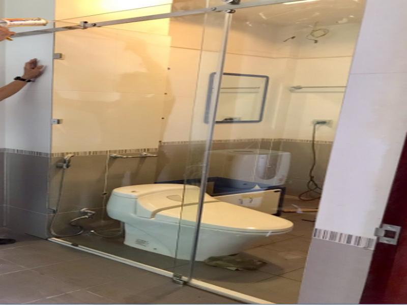 vách kính nhà tắm cửa lùa mở rộng không gian nhà tắm