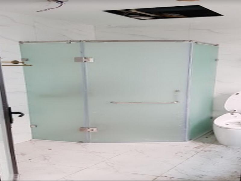 vách kính mờ tạo điểm nhấn cho nhà tắm
