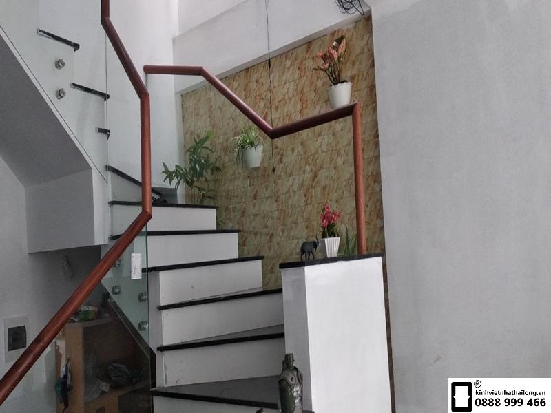 Cầu thang sử dụng kính