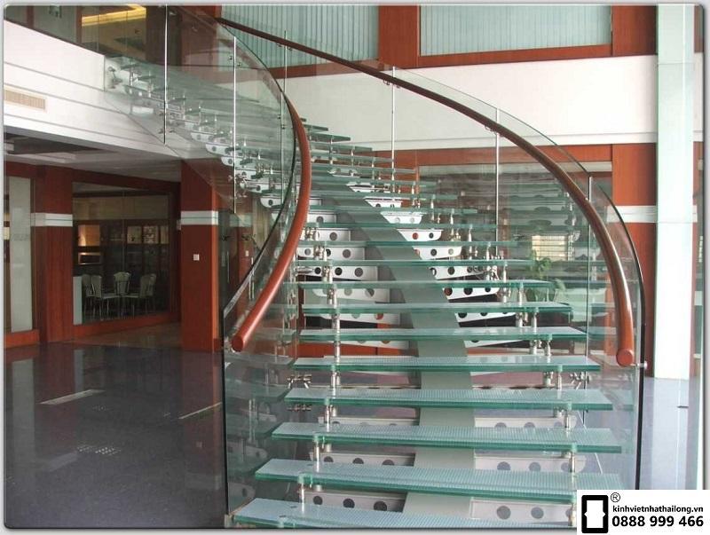 Cầu thang sử dụng kính cường lực