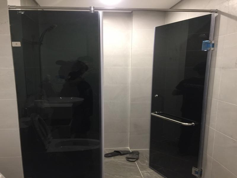Vách kính nhà tắm xanh đen