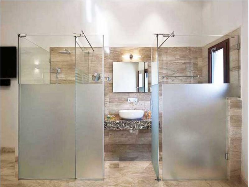 vách kính nhà tắm thẳng góc 180 độ