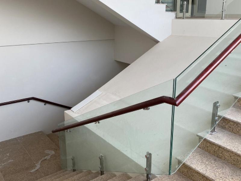 Lan can cầu thang sử dụng kính cường lực an toàn
