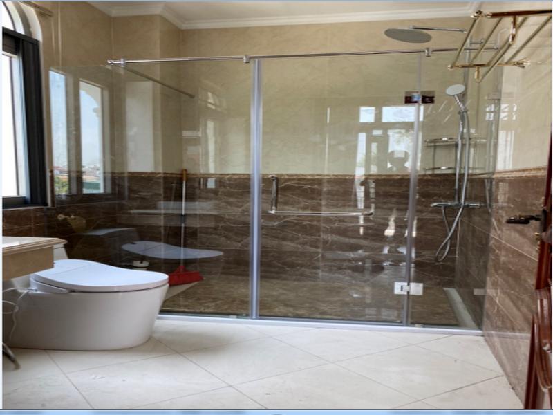 tránh để nhiều đồ đạc trong vách kính nhà tắm nhằm tạo nên sự thông thoáng