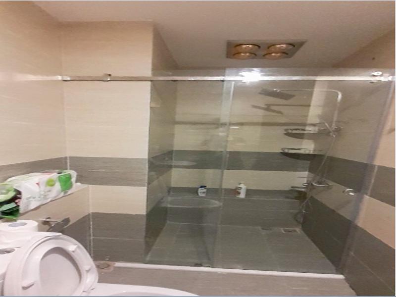 vách kính nhà tắm cửa lùa đơn giản dễ dùng