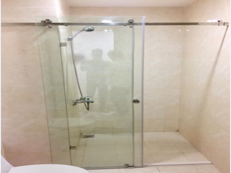 vách kính nhà tắm cửa lùa mở rông không gian đáng kể