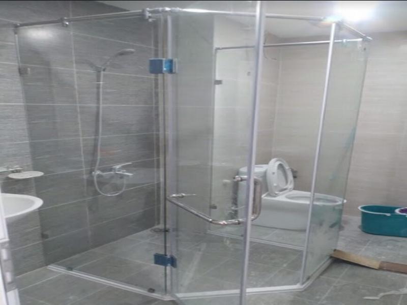 vách kính nhà tắm vát góc tận dụng không gian hơn