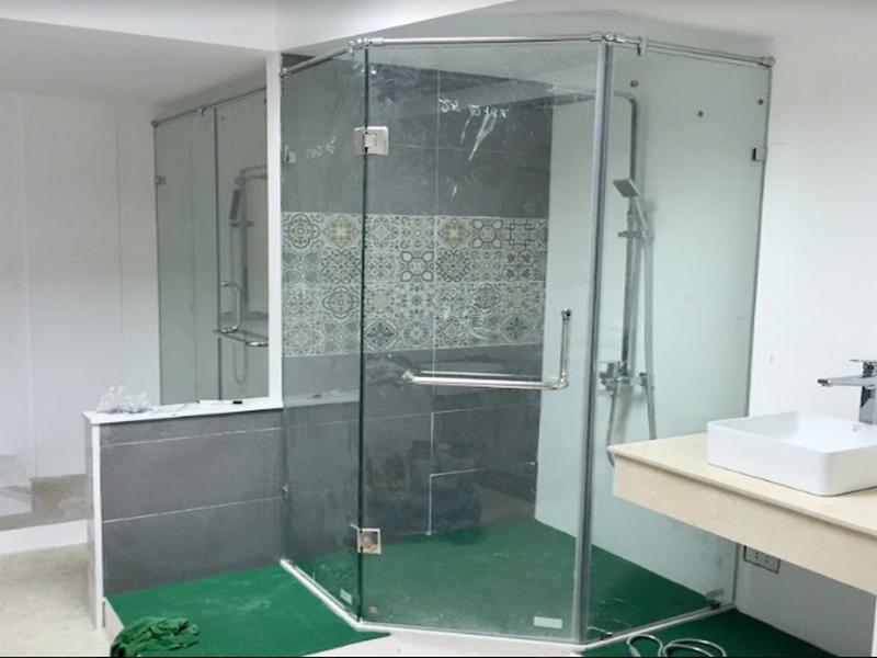 nhà tắm thoáng rộng nhờ kính cường lực