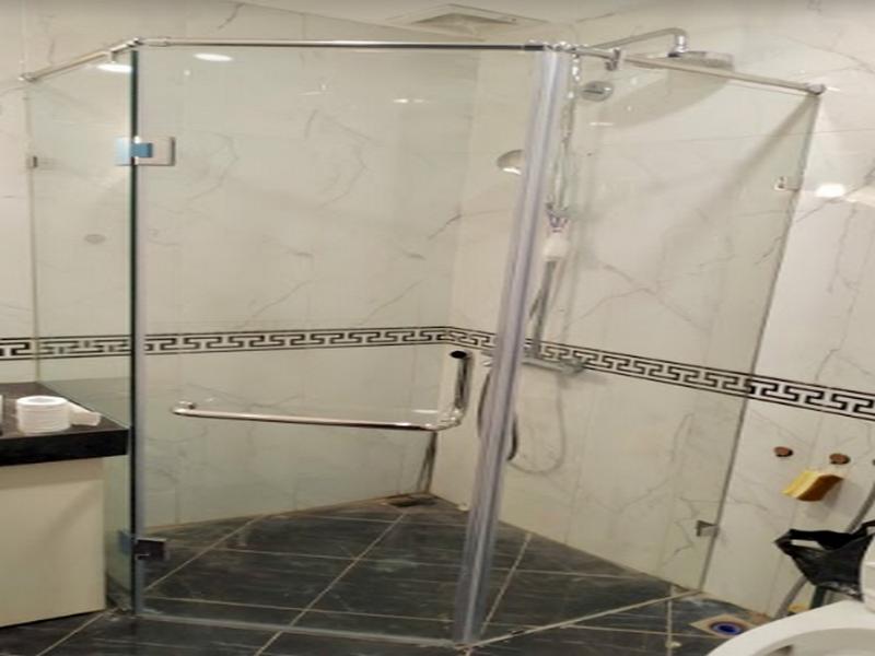 vách kính nhà tắm vát góc tận dụng không gian chết hiệu quả