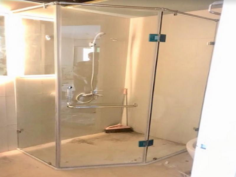 vách kính nhà tắm vát góc 135 độ giúp tận dụng không gian cách triệt để