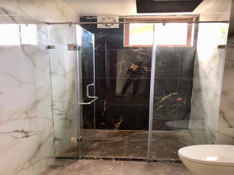 vách kính nhà tắm 180 độ 3 cánh tiện dụng