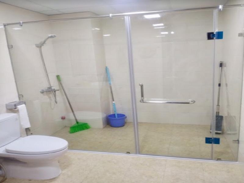 vách kính nhà tắm mở rộng không gian triệt để
