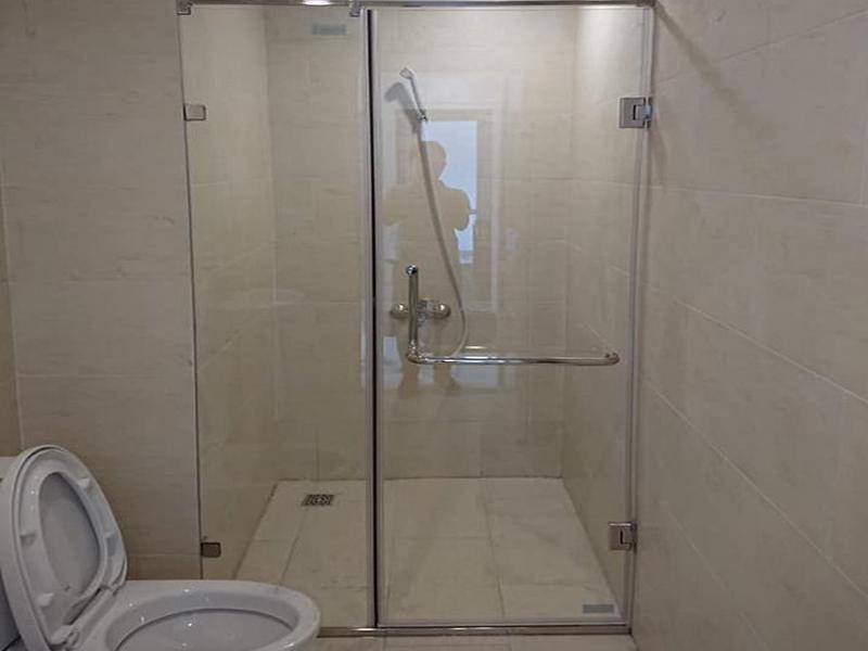 vách kính nhà tắm vuông góc giúp không gian gọn gàng sạch sẽ hơn