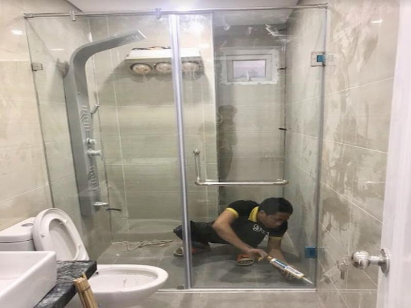 vách kính vuông góc ngăn cách vị trí tắm và vệ sinh đơn giản tiện lợi