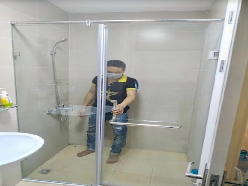 vách kính vuông góc ngăn cách giữa nơi tắm và vệ sinh nên hạn chế tối đa nước tràn ra ngoài