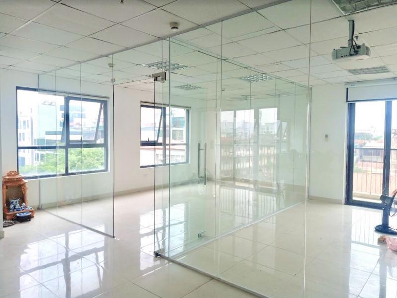 Vách kính văn phòng có độ bền và tính an toàn cao