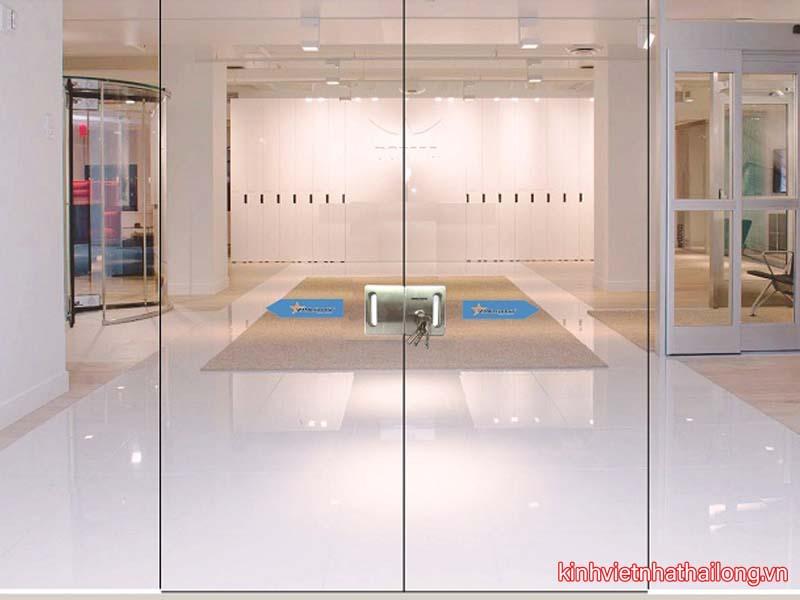 Hướng dẫn chi tiết cách vệ sinh cửa kính cường lực 2 cánh