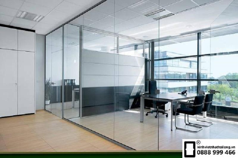 Vách kính văn phòng sử dụng kính an toàn
