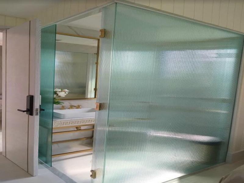 Kính ép lụa được dùng làm cabin phòng tắm