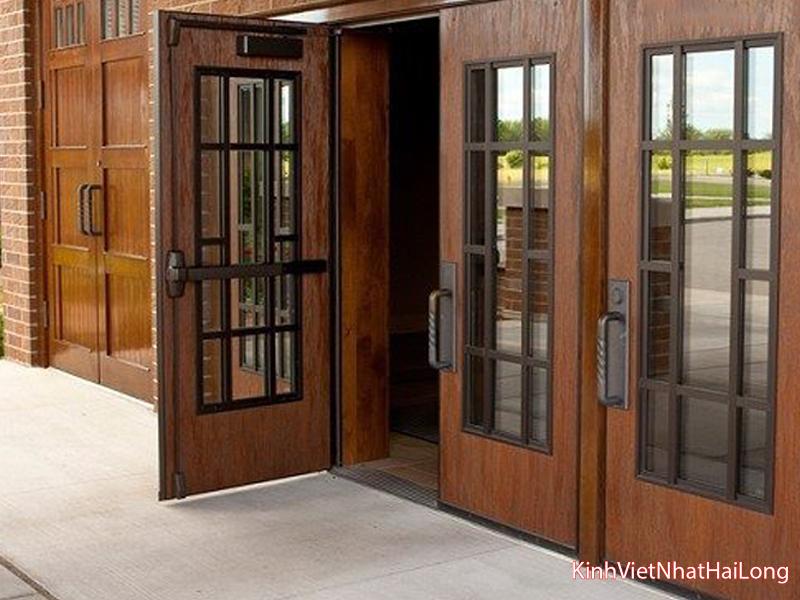 10 mẫu cửa gỗ kính cường lực 2 cánh đẹp nhất 2021