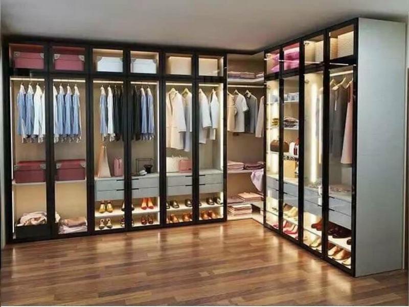 Cánh kính tủ áo tạo vẻ đẹp sang trọng, hiện đại