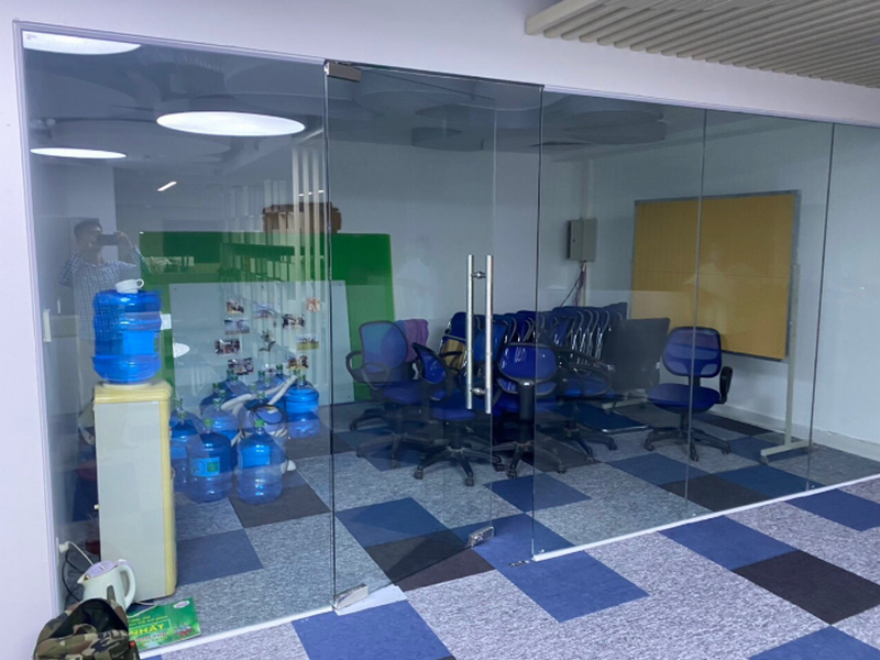vách ngăn phòng làm việc bằng kính có độ thông thoáng, không gian rộng mở